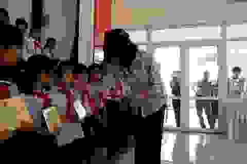 Phó Chủ tịch nước Đặng Thị Ngọc Thịnh tặng quà cho các gia đình chính sách