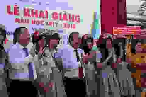 Phó Thủ tướng Trương Hòa Bình tặng mũ bảo hiểm cho học sinh nhân lễ khai giảng