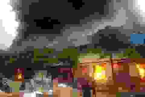 Hơn 1.000 người chữa đám cháy chợ cực lớn ở cửa khẩu Tân Thanh