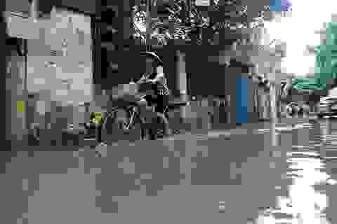 Bốn ngày sau mưa, khu dân cư Hà Nội vẫn chịu cảnh ngập