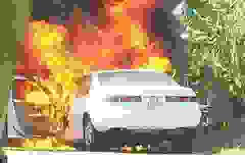 Xe Camry đang chạy bất ngờ bốc cháy dữ dội