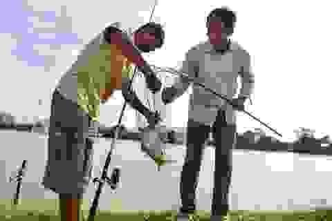 Chương Mỹ: Hàng trăm cần thủ buông câu trên dòng nước lũ
