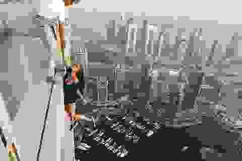 Rùng mình nhìn nữ người mẫu treo người bên tòa nhà chọc trời chụp ảnh