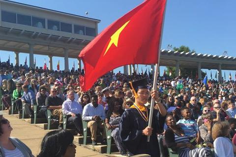 Xúc động hình ảnh kỳ thủ Quang Liêm cầm cờ Tổ quốc trong lễ tốt nghiệp ĐH tại Mỹ