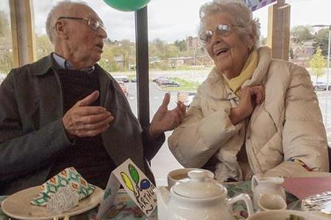 Cặp đôi trăm tuổi nên duyên nhờ mai mối