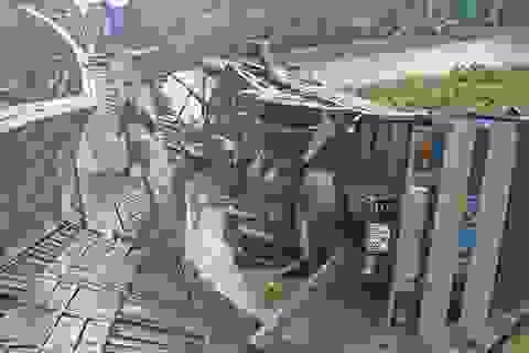Cầu sập hoàn toàn vì chiếc xe chở quá tải... hơn 10 tấn!