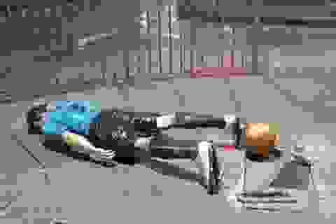 """Tượng Luis Suarez bị """"đốn hạ"""" vì… Lionel Messi"""