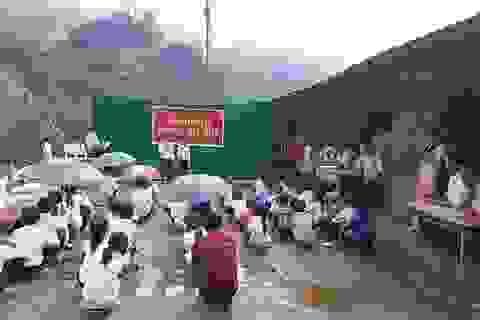 """Đằng sau bức ảnh học sinh miền núi ngồi xổm khai giảng gây """"bão mạng"""""""