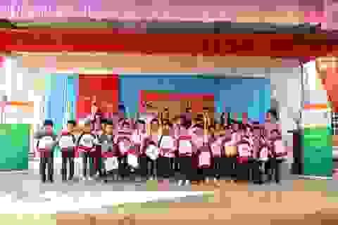 Monsanto trao quà cho học sinh nghèo vượt khó tỉnh Sơn La