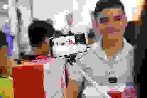 Ngày giao Huawei nova 2i: Người mua hào hứng khi cầm máy trên tay