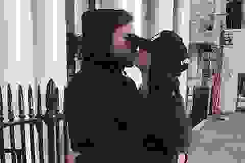 """Fabregas công khai """"khóa môi"""" bạn gái hơn 12 tuổi giữa đường phố"""