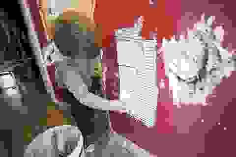 """Đáng yêu nhóc 3 tuổi miệt mài """"xây"""" nhà giúp bố"""