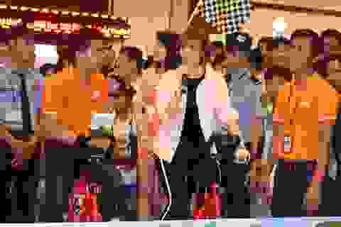 """Người hâm mộ xếp hàng nhiều giờ đồng hồ để được """"đua xe"""" cùng Min"""