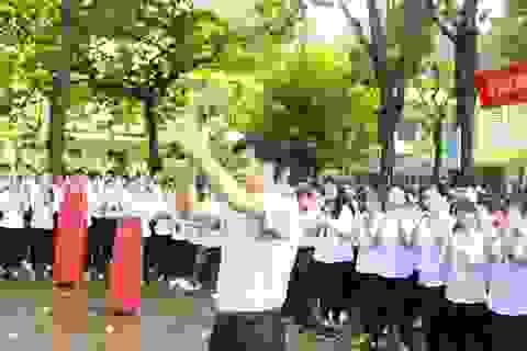 Xúc động hình ảnh nghìn học sinh bịn rịn chia tay thầy Hiệu trưởng