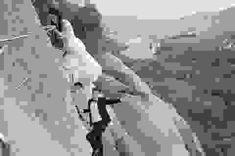 Cặp đôi rủ nhau lên vách núi dựng đứng chụp ảnh cưới
