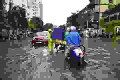 Mưa hơn một giờ, phố lớn Hà Nội lại thành sông