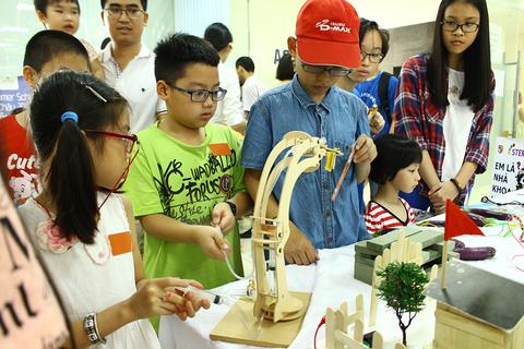 Cận cảnh màn đóng đinh bằng chuối khiến hàng trăm học sinh thích thú