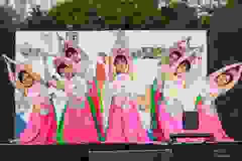Bạn trẻ Việt trình diễn áo dài, nhảy sạp, hát quan họ ở Adelaide