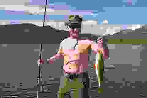 Tổng thống Putin mình trần câu cá giữa hồ