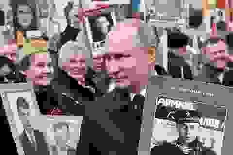 """Ông Putin nhớ về cha mẹ trong cuộc diễu hành """"Trung đoàn Bất tử"""""""