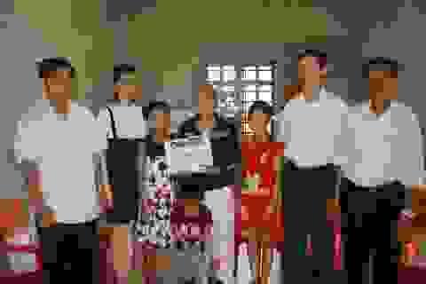 Trao hơn 53 triệu đồng tới gia đình chị Nguyễn Thị Hoa