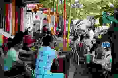 Quán cà phê, khu vui chơi trẻ em nhộn nhịp ngày lễ