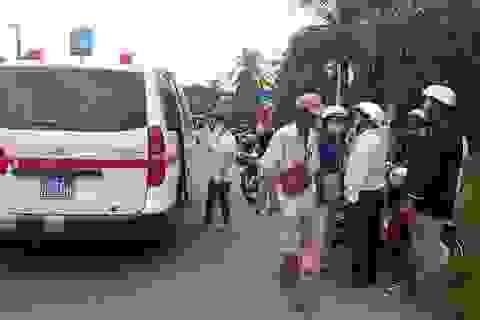 Xe buýt nghi vượt trái khiến 2 thanh niên suýt chết