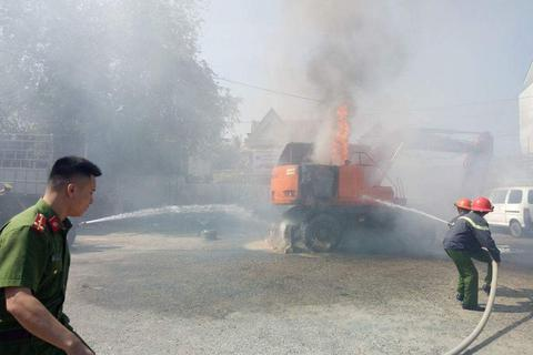 Điều 2 xe chữa cháy dập lửa cứu máy múc