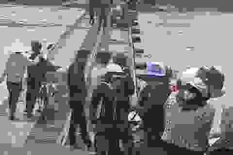 Vướng thanh sắt khi qua cầu, 3 mẹ con rơi xuống sông