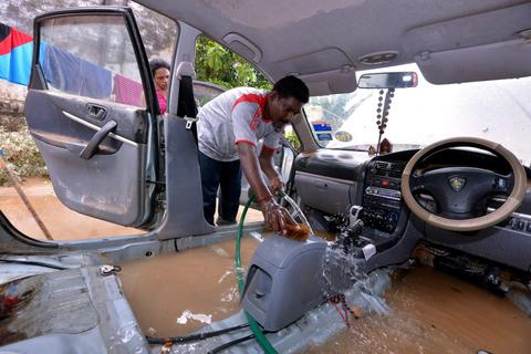 Malaysia: Xe bị ngập nước đổ về chật kín các gara ô tô