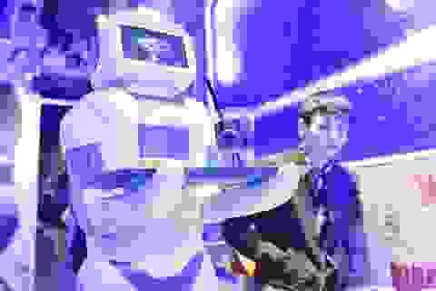 Thích thú với robot bồi bàn ở quán cà phê Hà Nội