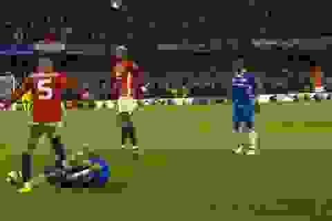Ngôi sao của MU đối diện với án phạt vì giẫm lên người Hazard