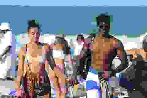 Siêu mẫu Úc đẹp đôi bên bạn trai cơ bắp