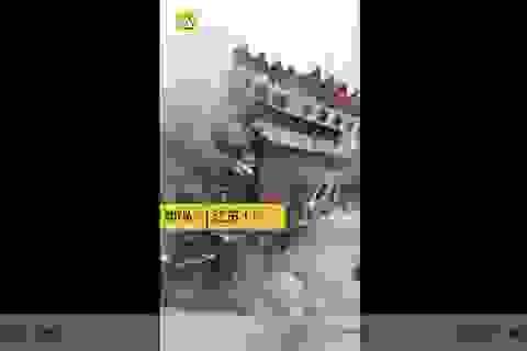 Khách bộ hành chạy tán loạn khi nhà cao tầng bị đánh sập