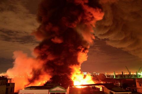 Cháy, nổ lớn tại khu vực nhà kho gần cảng Sài Gòn