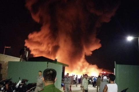 Cháy lớn ở khu vực kho hàng công ty nhựa Tiền Phong