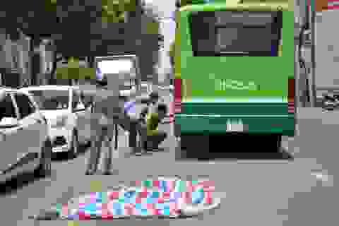Ngồi sau xe ôm ngã xuống đường, người phụ nữ bị xe buýt cán chết
