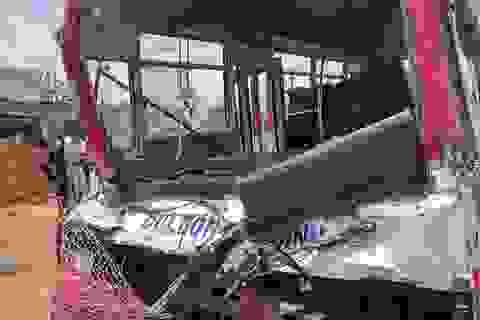 3 người tử vong, 15 học sinh nhập viện sau cú tông giữa xe khách và xe tải