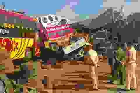 Xe cứu hộ kéo theo xe khách tông sập 2 nhà dân
