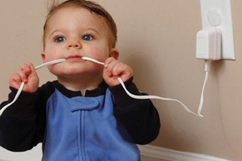 Bé 19 tháng tuổi suýt tử vong vì ngậm dây sạc điện thoại