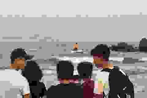 Tắm biển, hai nam sinh lớp 12 bị sóng cuốn mất tích