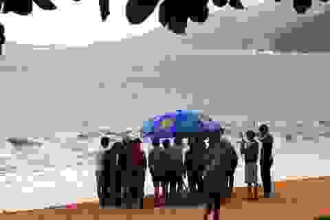 Ra biển dạo chơi, 2 nữ sinh bị sóng biển nhấn chìm