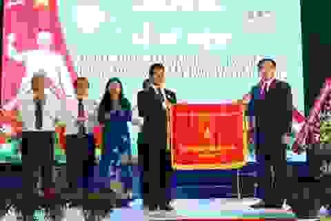 Trường Đại học Hà Tĩnh đón nhận cờ thi đua của Chính phủ
