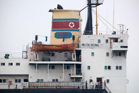 """Nhật Bản nghi Triều Tiên """"xé rào"""" lệnh trừng phạt của Liên Hợp Quốc"""