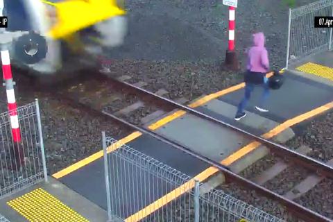 Suýt bị tàu hỏa đâm, người phụ nữ thoát chết trong gang tấc