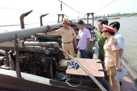 Hai tàu từ Hưng Yên sang Hà Nam hút trộm cát trên sông Hồng