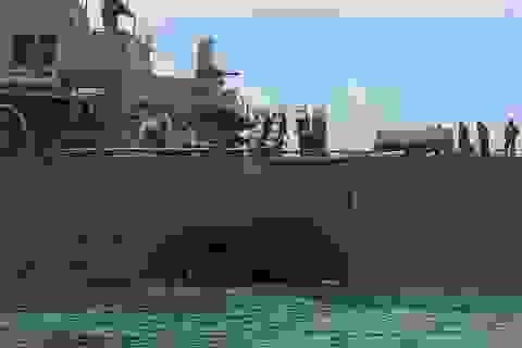 Cận cảnh tàu chiến Mỹ bị đâm móp sau va chạm tàu dầu