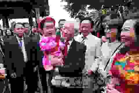 Tổng Bí thư đi dạo bên Hồ Gươm, chúc Tết bà con nhân dân