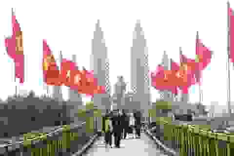 Hàng trăm du khách tham quan Di tích lịch sử Quốc gia đôi bờ Hiền Lương