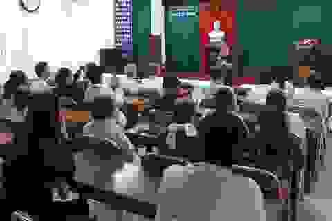Lãnh đạo Sở GD-ĐT Nghệ An đến bệnh viện thăm hỏi giáo viên đang điều trị bệnh